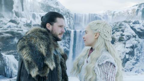 Jon Snow (Kit Harrington) og Daenerys Targaryen (Emilia Clarke) under det første afsnit af Game of Thrones 8.