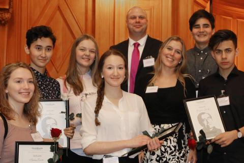 Järfällaskola tar emot stipendium i Sveriges riksdag