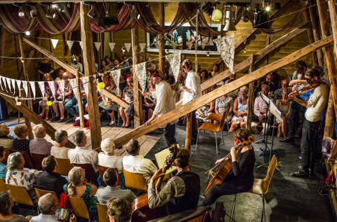 Die Scheune des Åmot Opera Gård bietet die größte Festivalbühne