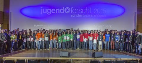 Gruppenfoto mit den Siegern des Landesentscheids und den Juroren.