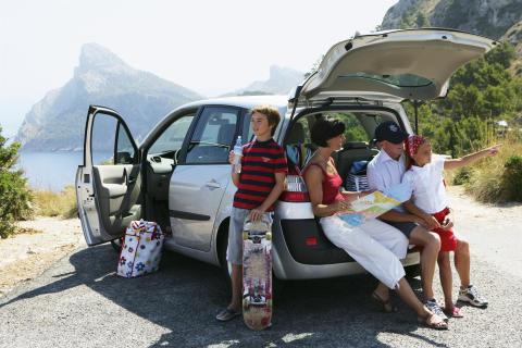 Sechs von zehn Deutschen fahren mit dem Auto in den Urlaub