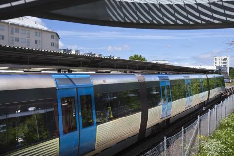 Tunnelbanetåg på plattform