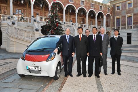 Mitsubishis el-bil i MiEV provkörd av HKH Prins Albert i Monaco