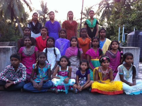 Surekha har kjøpt klær i julepresang til barna.