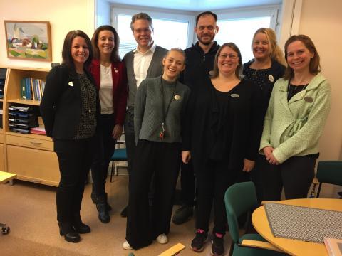 Lärarassistenter på Saltsjö-Duvnäs skola väcker politiskt intresse.