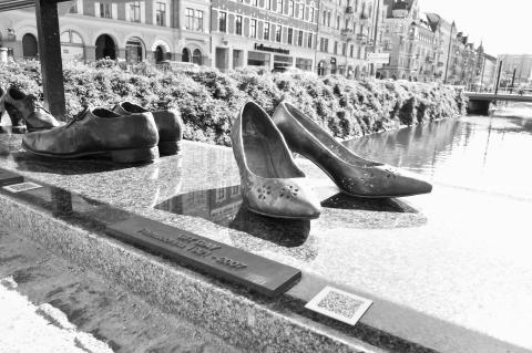 Avtäckning av 10 nya par skor på Davidhallsbron