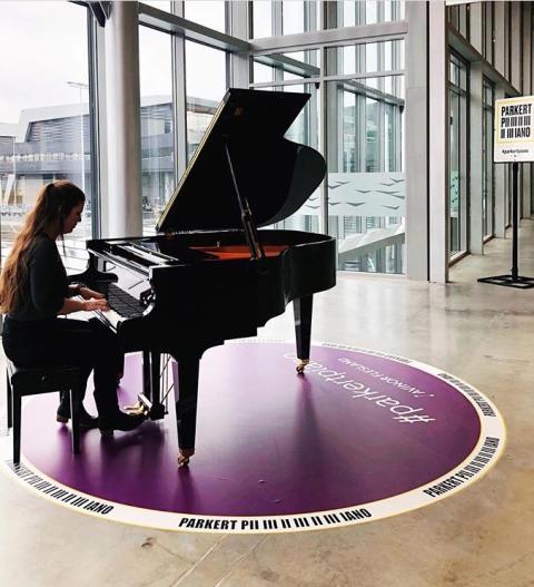 Presseinvitasjon: Åpningskonsert for Parkert Piano på Flesland, lørdag 12.mai kl. 14.00