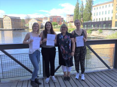 VD för Linköping City Airport, Camilla Lejon, delade ut pris till duktiga studenter.
