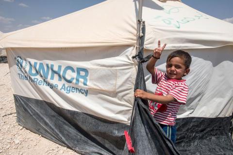 Pojke på flykt från Syrien i familjetält