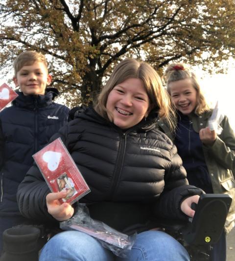 Johanne og klassekammerater sælger Til og Fra-julekort til fordel for Danske Hospitalsklovne
