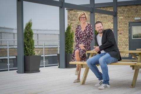 Anette Sand, vd Familjebostäder och Martin Andersson, förvaltare på takterrassen i Älvsjöstaden