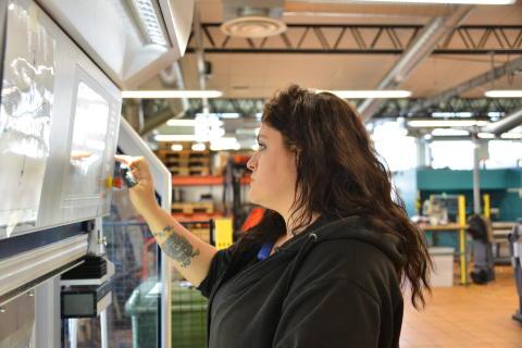 Victoria Lidsten arbetar med en av de maskiner som eleverna lär sig hantera under utbildningen.