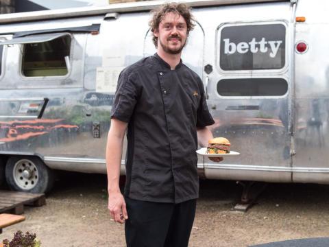 Villeroy & Boch eröffnete die BBQ-Saison mit Luxemburger BBQ-Chef Ben Péporté: Kunden der Hotel & Restaurant-Division kamen in den Genuss kreativer BBQ-Spezialitäten serviert auf innovativer Tischkultur