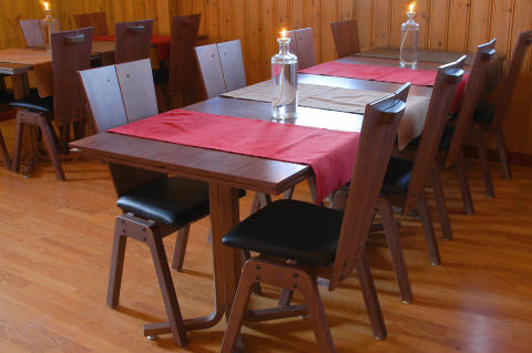 Bord och stolar i restaurang Trolltunet