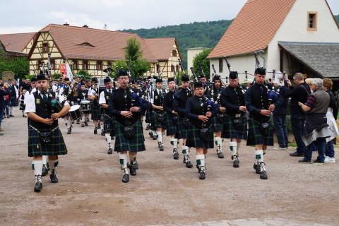 Pipes, Drums & More: Einmarsch einer traditionell gekleideten Pipe-Band