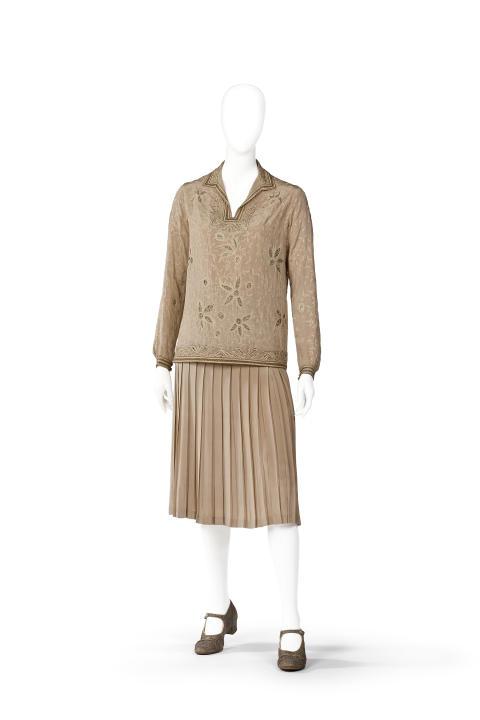 Irma von Geijers dräkt med genombrutet blommönster och plisserad kjol, 1920-tal.