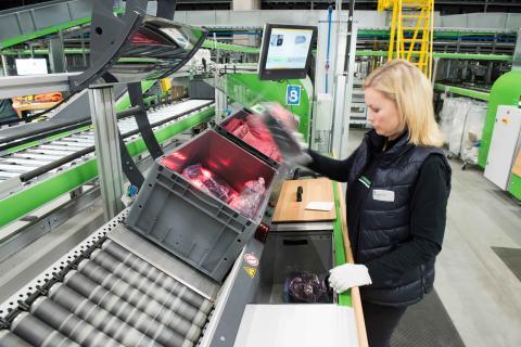 Produkterne fra shuttle-systemet plukkes ifølge varer-til-person-princippet og placeres direkte i forsendelseskasserne.