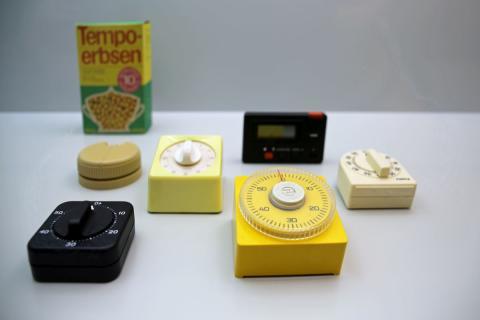 """Auswahl an Eieruhren in der Ausstellung """"Backen, Bügeln, Putzen, Kochen - Das bisschen Haushalt!"""" im GRASSI Museum für Angewandte Kunst Leipzig"""