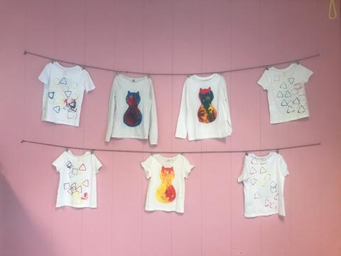 Læringsverkstedet Skogly - Flotte t-skjorter på veggen