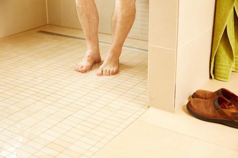 """Barrierefreie Badsanierung: """"Nur eine Dusche mit Pumpe sichert null Zentimeter.""""   – GANG-WAY-Geschäftsführer Christian Jacobs fordert konsequente Umsetzung der Pflegerichtlinien zur Förderung """"schwellenloser Duschen"""""""