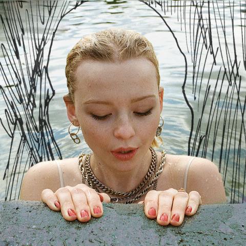 """""""Som en lågmäld Florence Welch"""" - nu släpper Mille Turner videon till poetiska singeln """"Swimming Pool"""""""