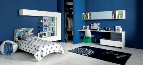 Schmidt Living hjemmekontor reoler seng blå væg