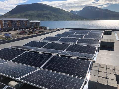 Nord-Norge har fått sitt første solcelleanlegg