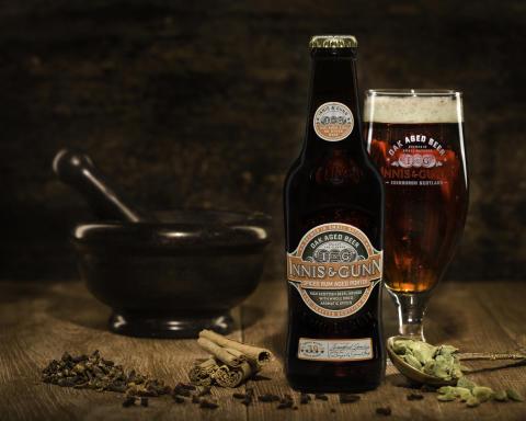 Innis & Gunn Spiced Rum Porter kryddor och glas