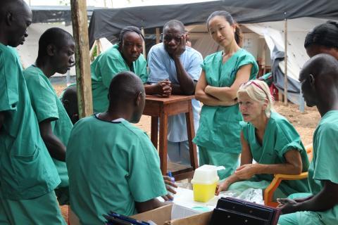 Personal på Läkare Utan Gränseres ebolacenter i Kailahun, Sierra Leone. Foto: P.K. Lee.