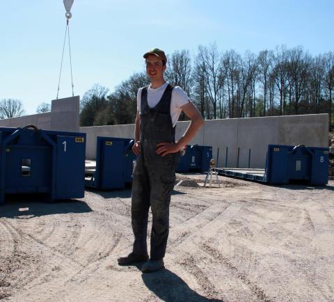 Filip Källner framför sin plansilo i LLC-betong från Abetong