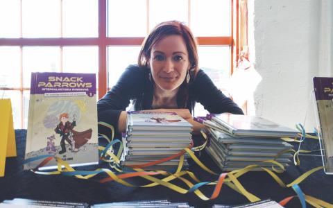 Camilla Linde har skrivit bocken om Snack Parrow, som hon nu använder för att prata vetenskap med barn.