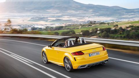 Audi TT Roadster S-line (vegasgul) dynamisk skråt bagfra