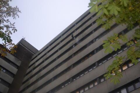 Rengöringen av fasaden på Lunds Universitetssjukhus utförs med varmvatten