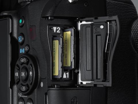Pentax K-1, doble kortspalter
