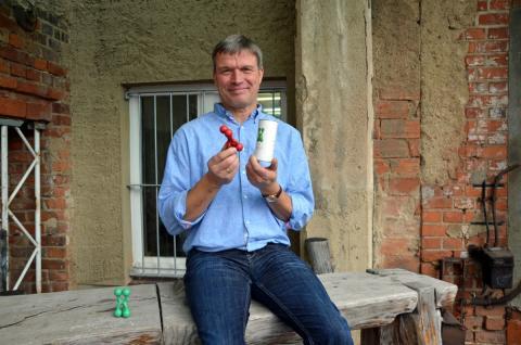 """Sören Flint, Inhaber von mr. flint Innovation, stellt seine Universalhalterung """"Gnubbel"""" für die Designers' Open 2016 vor"""