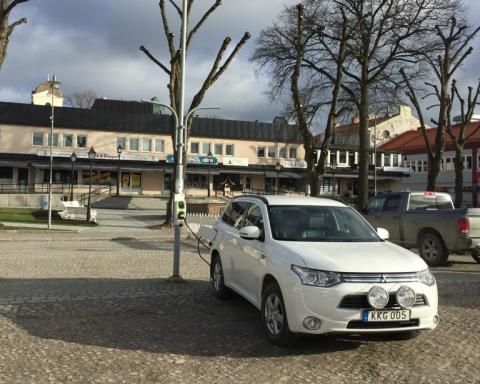 Vattenfall först i Sverige med att testa elbilsladdning med hjälp av vägbelysning