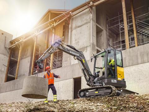 Nya Volvo EC27D minigrävare når längre, gräver djupare och lastar högre
