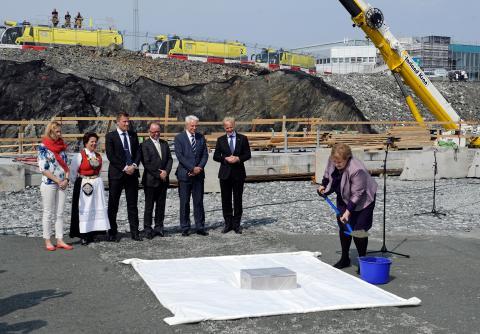 Statsminister Erna Solberg legger ned  grunnsteinen til Terminal 3 på Flesland.