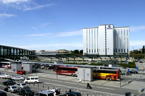 Det eksisterende hotellet på flyplassen, et tidligere Hilton-hotell, blir et Clarion Hotel.