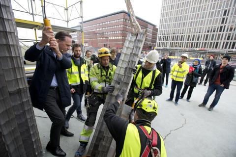 Renoveringen av obelisken på Sergels Torg har börjat