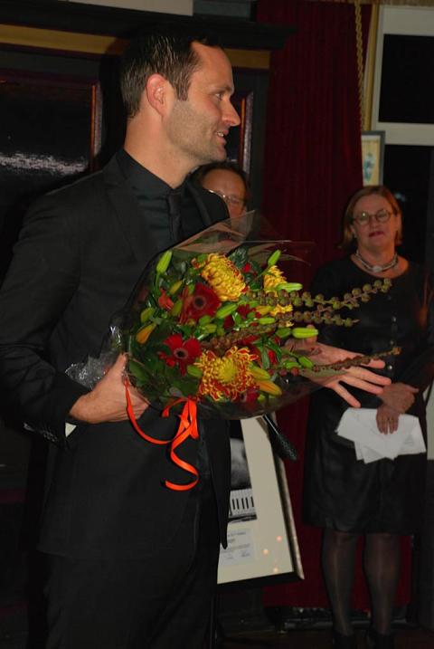 Lindy Larsson får Såstaholms pris till Höstsols minne 2011