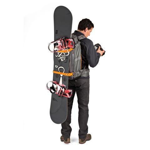 Lowepro Whistler BP450 AW på modell med snowboard