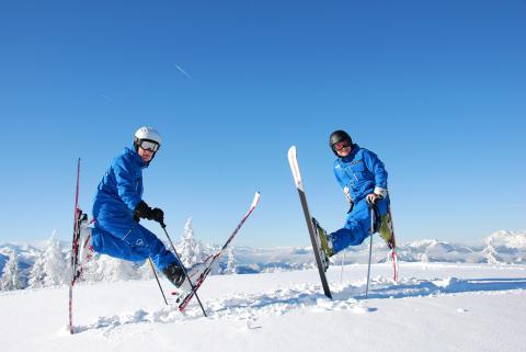 2 guider på lodrette ski