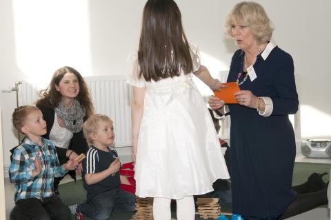 Hertiginnan av Cornwall träffar barnen på förskolan Pumpan