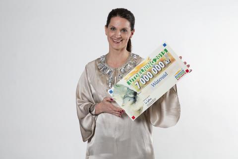 Generalsekreterare Cecilia Chatterjee-Martinsen med checken från Svenska PostkodLotteriet