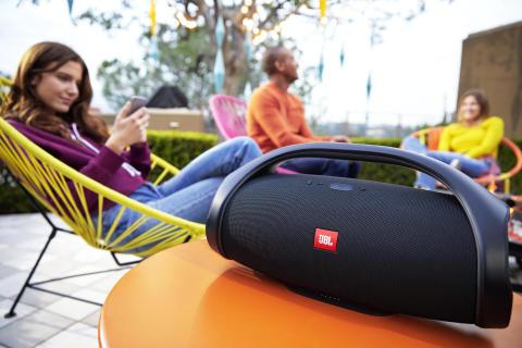 JBL introducerar Boombox: Episkt ljud från soluppgång till soluppgång