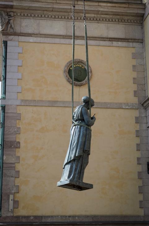"""Skulpturen """"Måleriet"""" hissas upp på Konstakademiens tak våren 2019."""