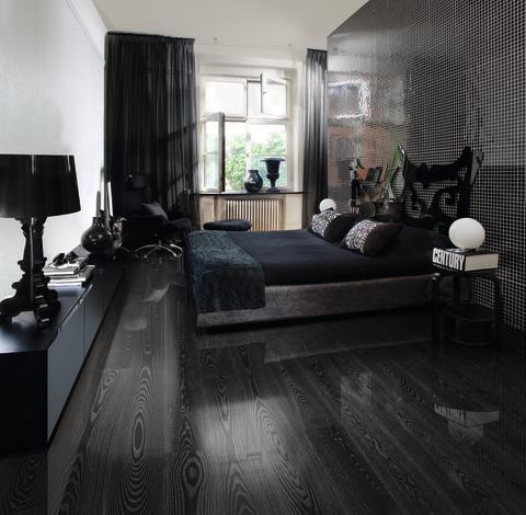 Årets golvtrender - Black Silver ur Shine Collection med högblanka golv, detta har svart bas och silverfärgade porer. Från Kährs.