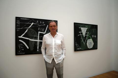 Museum der bildenden Künste - Dr. Alfred Weidinger vor Werken von Gil Schlesinger