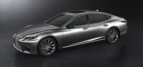 Lexus LS 500,  längre, lägre och bredare än tidigare generationer